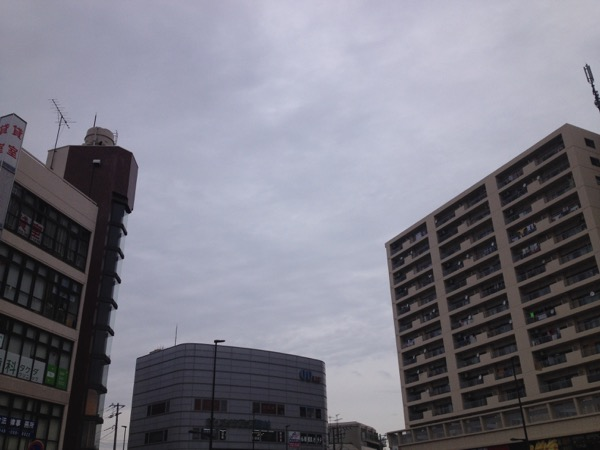 曇り空の街