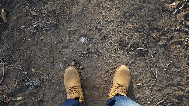 土と靴の写真
