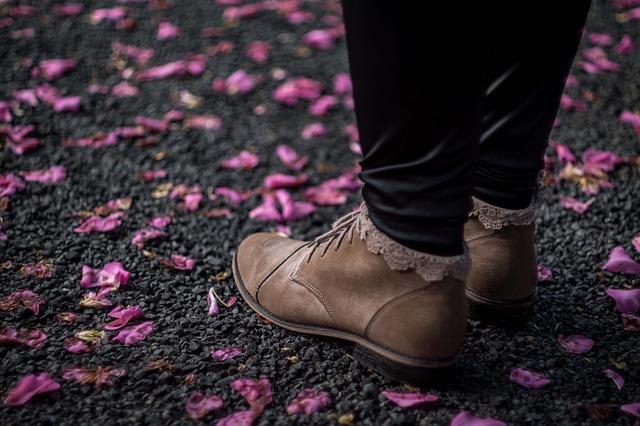 靴と地面と花びら