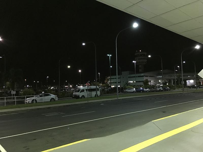 ケアンズ空港到着は5時前でした