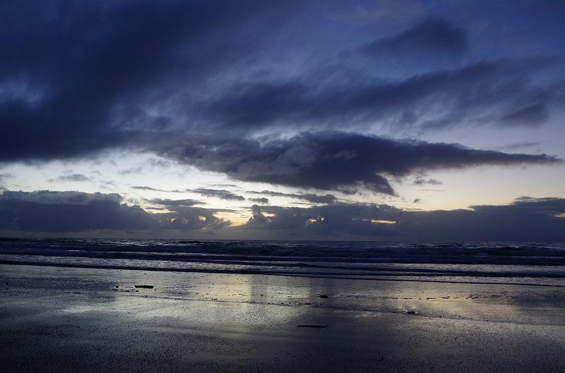 浜辺からの眺めは雲が多い