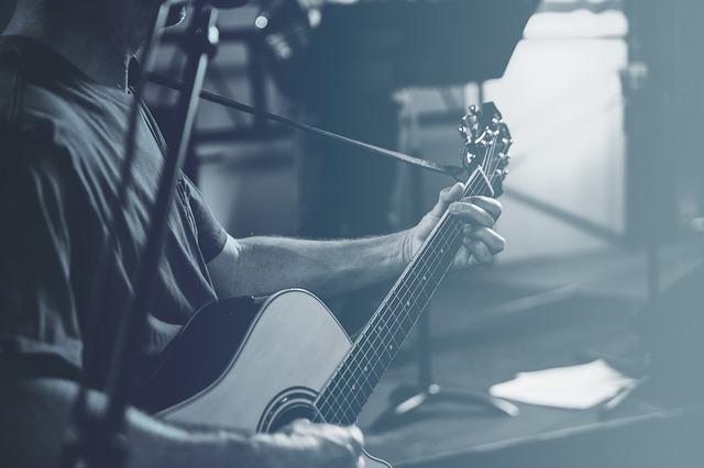 ギターを奏でる