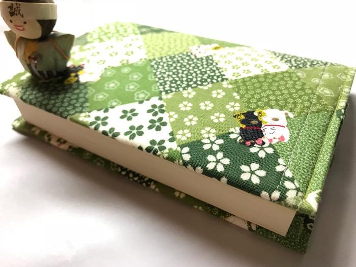本を閉じたところ。重石がないとまだ開いてしまう。
