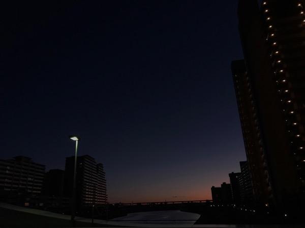 早朝まだ薄暗く