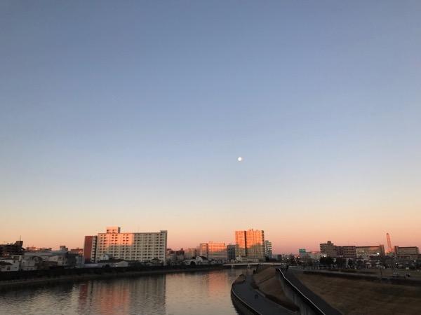 日は昇り月が沈む