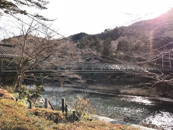 澤乃井ガーデン橋と川
