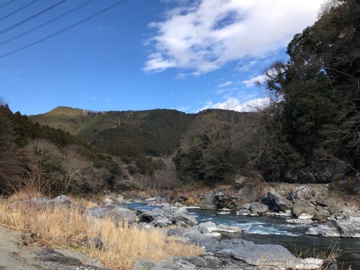 広がる青空と川の流れ