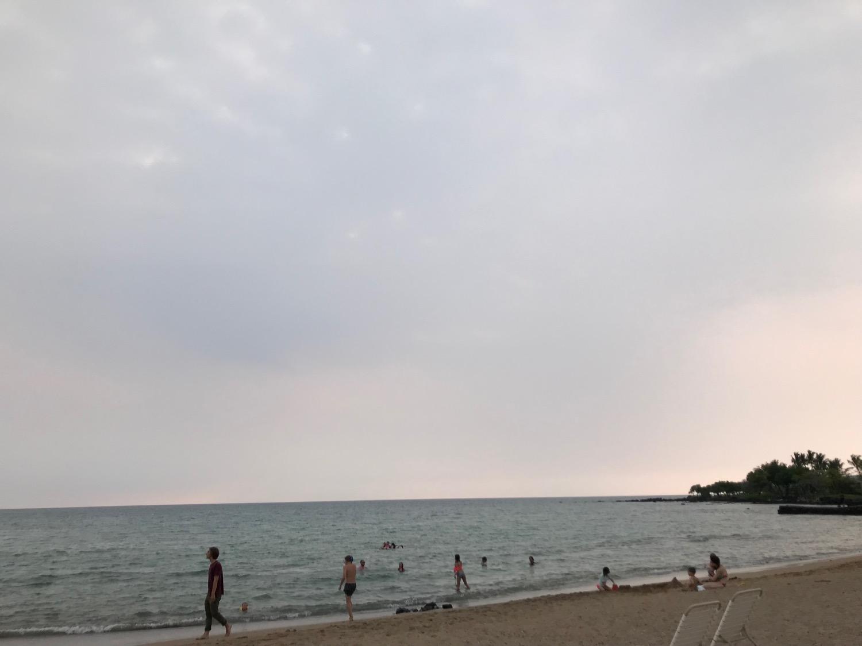 海辺に夕陽が沈もうとしている