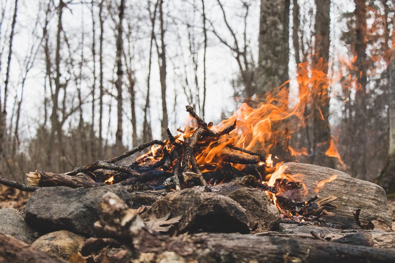 焚き火は燃えて