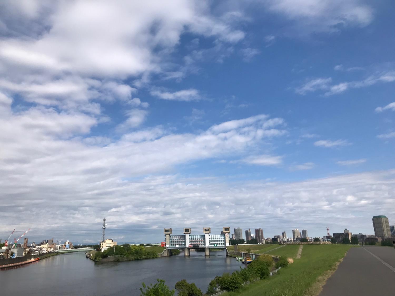 青空と雲と水門