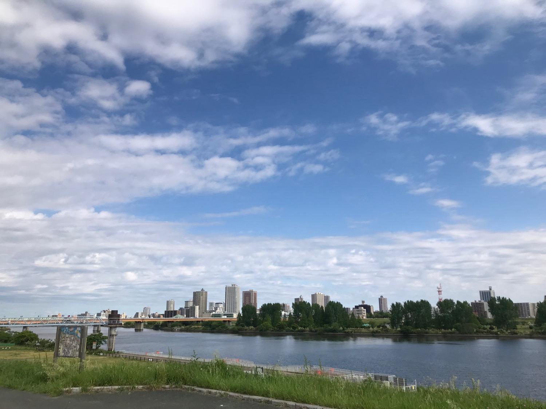青空の映る川