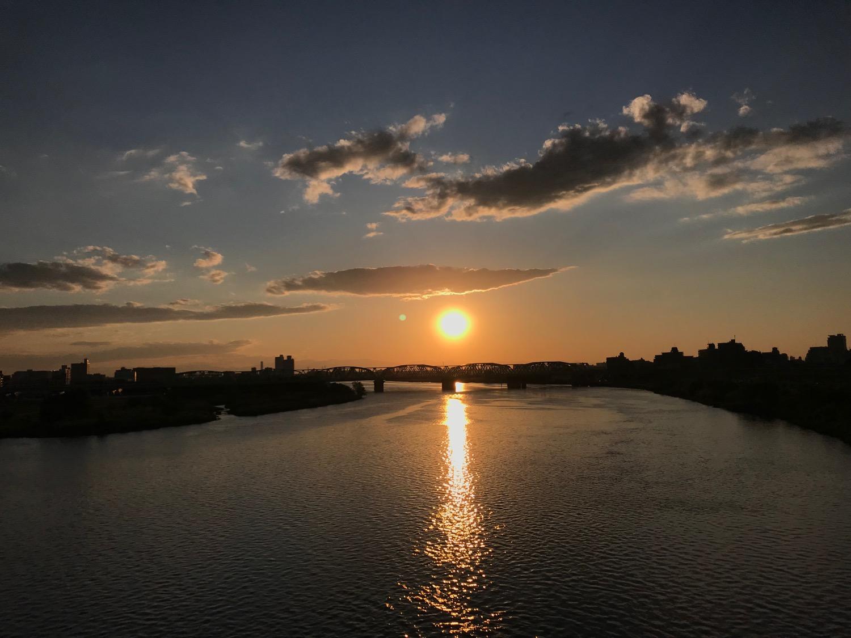 橋向こうに沈む夕日
